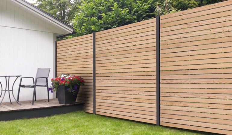 Die eleganten und witterungsbeständigen Livo Steckelemente aus Rhombuslatten (20 x 70 mm) fungieren als moderner Gartenzaun. Sie sind kombinierbar mit Aluminium-Pfosten, wahlweise in Anthrazit oder Silber. Ein echter Higucker für Ihren Outdoorbereich!
