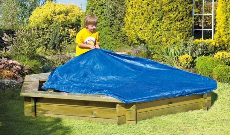 Blaue 160 g/m2 Abdeckplane mit Gummizug für unseren Sandkasten