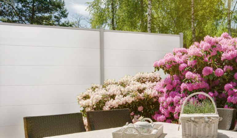 Der PVC Steckzaun ist als Bausatz für ein 180 x 180 cm Zaunfeld in sechs Farben erhältlich: Weiß, Golden Oak, Sheffield Oak, Asteiche, Silbergrau und Anthrazit