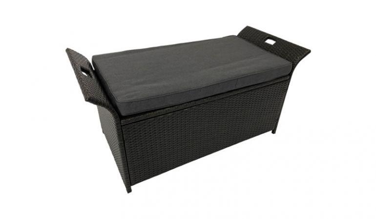 Die 124 x 55 x 60 cm Rattan Truhenbank bildet die perfekte Symbiose aus einer Auflagenbox und Sitzgelegenheit. Das Sitzpolster ist im Lieferumfang enthalten