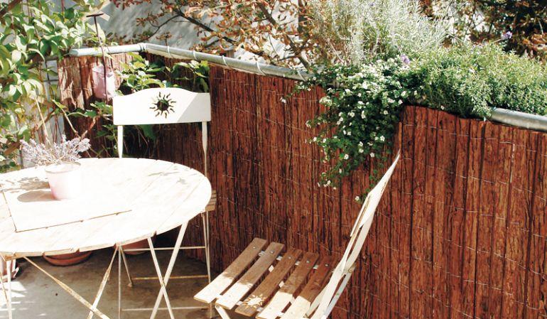 Rindenmatten sind eine dekorative, preiswerte und unkomplizierte Balkonverkleidung