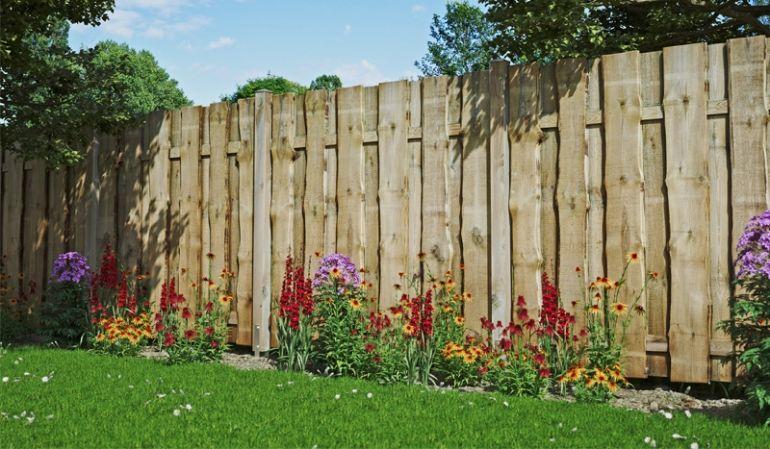 """Der """"Romo"""" Bohlenzaun ist ein blickdichter und robuster Bohlenzaun aus Kiefer/Fichten-Holz und bietet durch seine hochwertige Verarbeitung einen optimalen Sichtschutz für Ihren Outdoorbereich."""