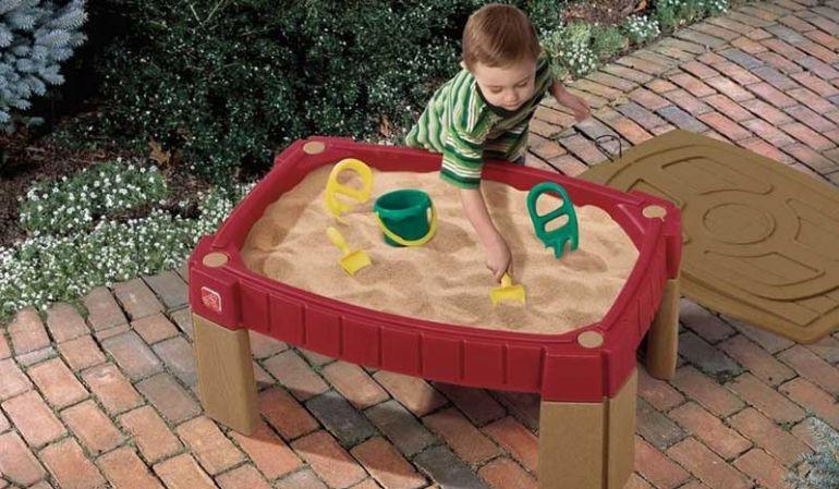 """Der Sandtisch """"Malte"""" ist etwas erhöht und trainiert spielerisch das Stehvermögen und die Kreativität Ihrer Kinder"""