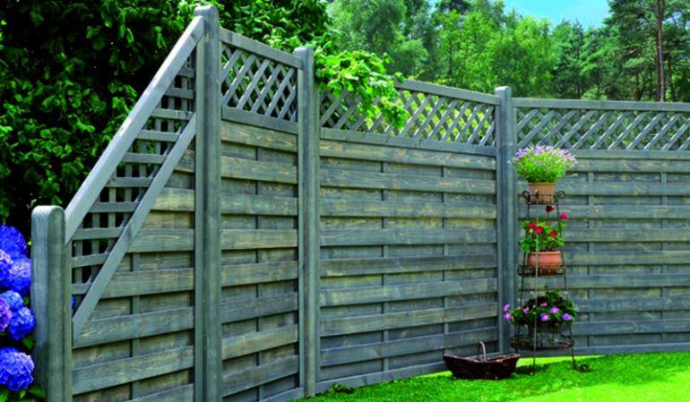 """Die """"Altmühl"""" Sichtschutzwand ist aus fungizid vorbehandeltem und silbergrau lasiertem Kiefern- und Fichtenholz gefertigt. Dieser Farbton sorgt für eine elegante, außergewöhnliche Optik in Ihrem Garten oder auf Ihrer Terrasse."""