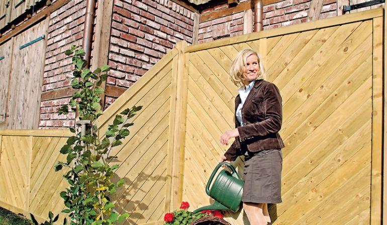 """Die elegante Sichtschutzwand """"Stuttgart Diagonal"""" bietet mit 9 vorgefertigten Zaunfeldern aus druckimprägniertem Fichtenholz vielfältige Gestaltungsmöglichkeiten für Ihren Outdoorbereich. Sie ist mit und ohne Rankgitter erhältlich."""