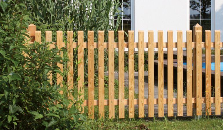 Unsere Natura Zaunfelder aus sibirischer Lärche erhalten Sie in 80cm und 100cm Höhe samt Gartenpforten und Doppeltore