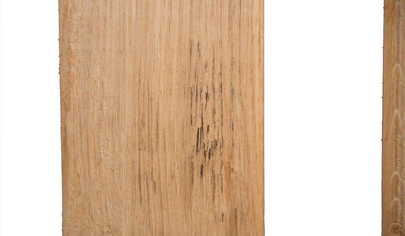Eichenholz, dass sich aufgrund des hohen Gerbsäureanteils bei der Berührung mit Eisen verfärbt hat.